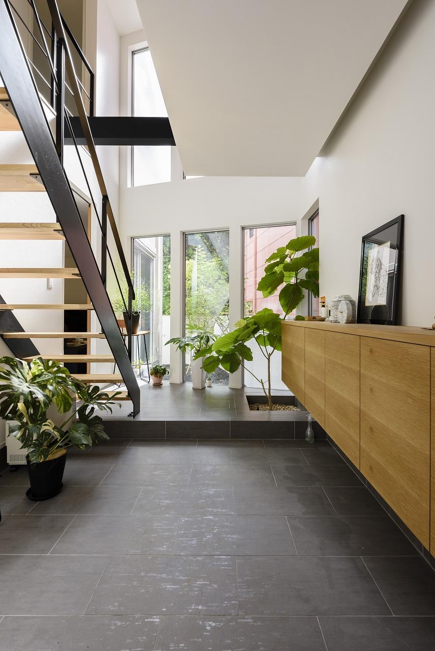 光と風を感じながら緑と絵画を楽しむ家