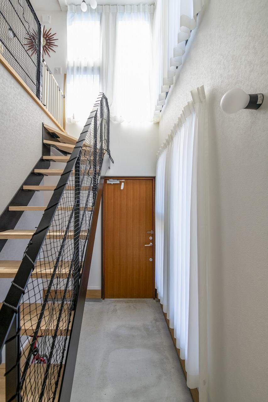 2階リビングで広々、周囲を気にせず過ごせる家