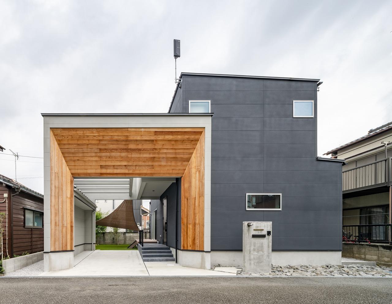 家族を迎えるゲートのある家