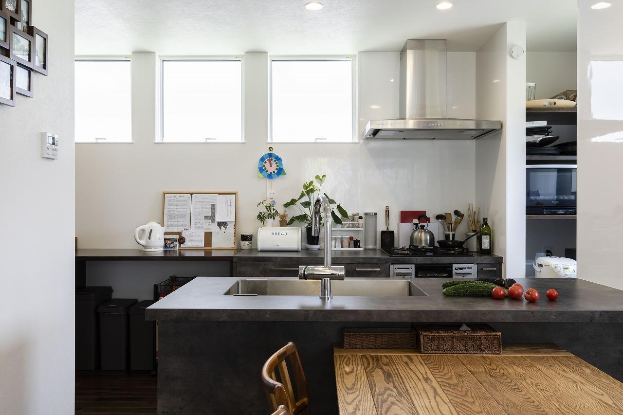 「居住空間」と「仕事場」が土間でつながる家