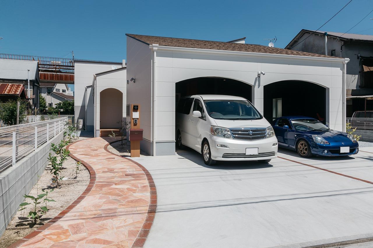 車好きのための大きなガレージがある平屋